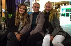 """Maya Malmberg, Hanna Öberg och Nellie Häggberg såg fram emot kvällen. """"Jag har alltid velat gå på livepodd"""", berättade Hanna."""