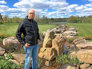 Tobias Munkholm menar att kyrkogården fungerar som en frizon för många. Därför är miljön viktig.