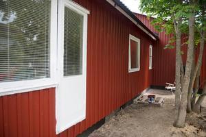 Nu är huset nymålat och stabilt. En ny vägg och ett nytt tak har satts upp.