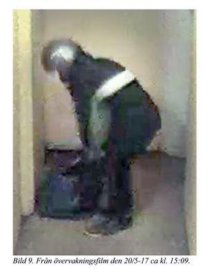 Här syns en person som polis och åklagare menar är den misstänkte 54-åringen när han bär ut flera emballage i källargången i flerfamiljshuset där Fatima Berggren bodde. Bild ur polisens förundersökning.