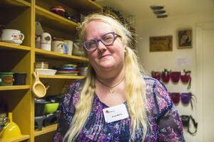 Anna-Maria Tures har varit en del av Röda korsets dagliga verksamhet i några månader, men fyndad i deras second hand-butik betydligt längre.– Jag har inrett stora delar av mitt hem med Röda korset-möbler, berättar hon.
