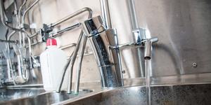 Provtagningen på Vattenverket i Arboga. Den högra kranen rinner hela tiden och här tas provet varje vecka. De tre rören i vasken intill ger möjlighet att mäta vattnet i olika faser av rening.