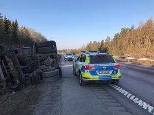 Lokalpolisen i Norrtälje kommun kommer att kontrollera både yrkestrafik, mobilanvändning, bilbälten, lampor och cykellysen.  Foto: Polisen Norrtälje/Hallstavik/Rimbo på Facebook