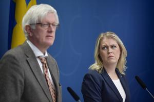 Folkhälsomyndighetens generaldirektör Johan Carlson (tv) och socialminister Lena Hallengren håller pressträff med anledning av Coronaviruset.