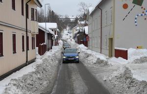 Vid Södra Mariegatan har snövallarna svällt ut i vägbanan och gjort det omöjligt för bilar att mötas.