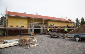 Halva huset är murat, men fort går det. I oktober planeras invigningen, här på Volontärvägen i Härnösand.