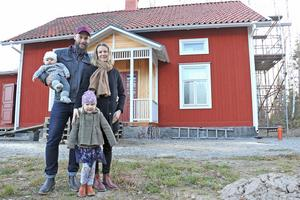 Familjen Glaad, Lina, Gustav, Clara och Mia, utanför sitt framtida hem. I huset som flyttats från Lekebergs kommun till Torphyttan i Lindesbergs kommun.