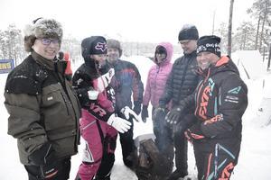Micke Olsson, Helen Nilsson, Ruben Olsson, Jenny Helmersson, Sven-Erik Lindgren och Eva Göransson värmde sig mellan varven.
