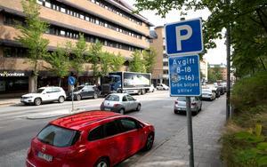 Debattörerna tar upp parkeringssituationen i centrala Södertälje och vill bygga ett nytt P-hus.