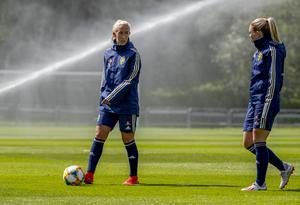 Julia Roddar, med Slätta SK som moderklubb, väntar fortsatt på speltid i VM. Här syns hon på en träning tillsammans med lagkamraten Elin Rubensson.