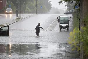 Översvämning igen vid Järnvägsviadukten Årsundavägen. Sveavägen. Taxichauffören vet hur det brukar bli men berättar att vattnet höjdes så mycket bara på tiden det tog att äka under viadukten.