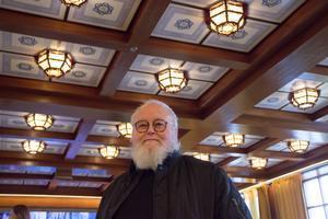 Glaskonstnären Kjell Engman ska bygga en stor drake i glas som ska hänga från taket i festsalen.