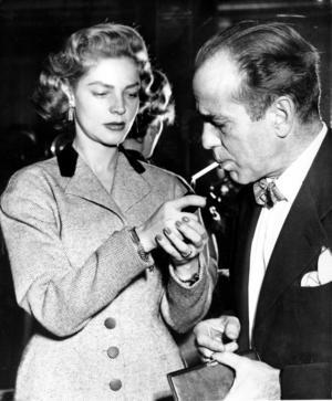 Lauren Bacall tänder en cigg åt maken Humphrey Bogart. Foto: TT/AP