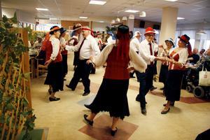 Bostäderna på Balder är attraktiva. En orsak är att där anordnas aktiviteter varje dag. Här bjuder PRO:s dansgrupp på en dansuppvisning.