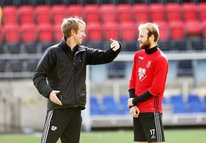 Graham Potter talar om för Curtis Edwards att han ska få debutera i Allsvenskan och ger den nästan i givakt stående landsmannen tips och råd. Här hösten 2016 tog en nästan osannolik fotbollskarriär fart.