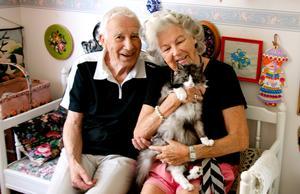 Ronald och Doris med sin älskade katt Fia, som har 24 år på nacken.