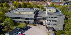 Köpings Folkets hus har hamnat i en uppräkning av fula byggnader. Ordföranden i föreningen konstaterar att det är för sent att göra något åt arkitekturen – men konstaterar att underhållet när det gäller till exempel fönstren halkat efter.