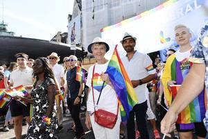 Nyamko Sabuni, Liberalernas partiledare tillsammans med  riksdagsledamot Barbro Westerholm under årets Stockholm Pride. Om det gamla breda Folkpartiet var mer förankrat i de små gemenskaperna och folkrörelserna, mer vänsterinriktad i sin syn på välfärd och ekonomi  och mer vidsynt rörande religion och livstilsfrågor, så har det nya smala Liberalerna blivit mer religionskritiska, stats- och EU-vurmande och högeranstrukna i ekonomiska frågor. Foto: Stina Stjernkvist / TT
