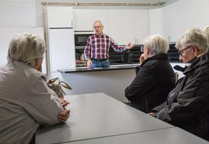 Den pensionerade polisen Tord Tallmarker föreläste för en fullsatt sal om fallolyckor och åldringsbrott.