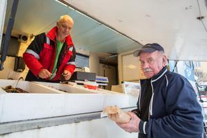 Håkan Starborg köper färska räkor som han alltid gör på torsdagarna när fiskbilen kommer till Kolsva. I fortsättningen blir det av Kristian Ling.