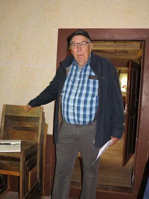 Johan Sandström berättade om hembygdsföreningens byggnader och verksamhet. Foto: Kurt Söderlund
