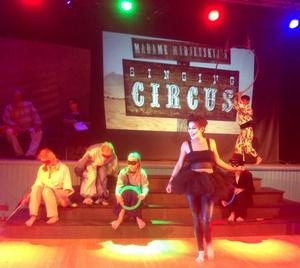 Madame Madjevskijs Sjungande Cirkus, i förgrunden Ina Beckman.