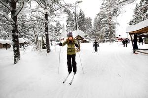Jeanette Andersson och Aras Osman hade lånat varsina längdskidor för att ge sig ut i spåret i Hemlingby. För Aras var det första gången någonsin, men han hade åkt slalom tidigare.