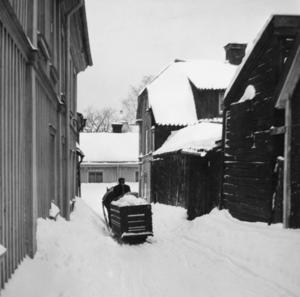 Snöröjning med häst, Glasmästargränd mot norr 1956. Västra Islandsgatan i fonden.