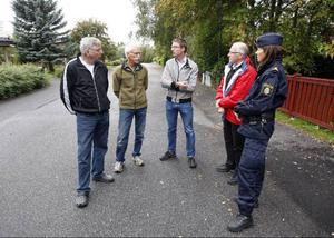 Ås är först ut i länet som startar grannsamverkan i samarbete med polisen. Sten- Erik Göransson, Bengt-Göran Aronsson och Eric Wingren tillsammans med Rolf Pehrsson från Krokoms kommun och Birgitta Persson, är polisens ansvariga för projektet.