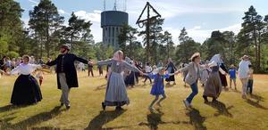 Dans runt midsommarstången fick avsluta 1800-talsveckan.