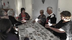 De boende vid Vetevägen i Torvalla resonerar om hur de ska organisera sin protest mot eftersatt underhåll.