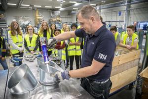 Stefan Söderberg jobbar på Hallströms och visade eleverna från Nyhedens skola en del av tillverkningsprocessen.