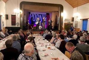 Det var fullsatt vid de fyra långborden i Wasasalen i Djura när Popnix konserterade. FOTO: LARS RYDÈN