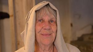 Anita Malmsten får agera Husmor under Gästabudet.