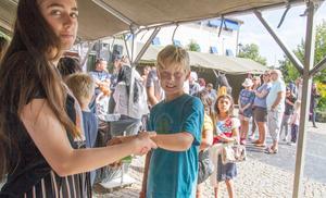 Jonathan Ericsson, 11 år, har fått en tatuering av unga örnar. Den fästes på armen med vatten.