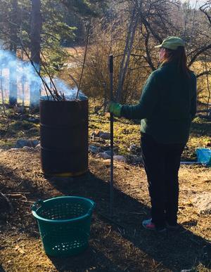 Vårstädning i trädgården, Häverö. Foto: MAts Oskarsson