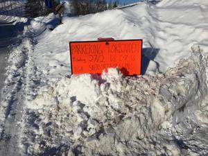 På Stigaregatan var det tänkt att snöbortforsling skulle ske den 27 februari. Idag är skylten i princip överplogad.