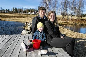 Familjen Lindström utanför huset i Örnsköldsvik.