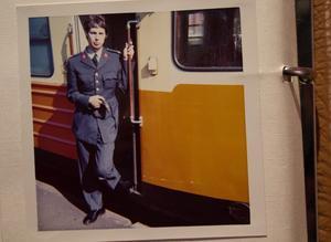 Tomas Nilson, 19 år, lämnade Ystad för att göra värnplikten i Norrtälje 1968. Här utanför tåget som då trafikerade Norrtälje. Foto: Privat