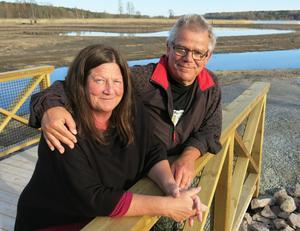 Monica och Jan-Olof Gylte, som bor på Fågelvik, har följt det stora dammbygget sedan starten. Området lockar många besökare, har de märkt.