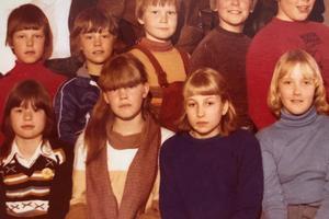 Genom hela grundskolan och gymnasiet gick Katarina och Sara i samma klass. Katarina i mitten med halsduk och Sara med blå tröja.