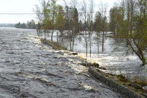 Den gamla skyddsmuren vid Hagforsen, uppströms byn Hagen i Dala-Floda, har delvis raserats i samband med ett tidigare högvattenflöde och där bryter Västerdalälven  nu in mot Hagvägen och byn.