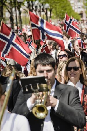 Syttende mai firas bland annat med parader där många har plockat fram sina folkdräkter. Foto: Marc Femenia/TT