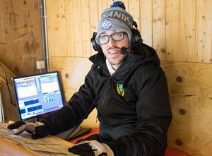 Anton Bäck gör sig redo för att kommentera ännu en Malungsmatch i Hockeyettan.