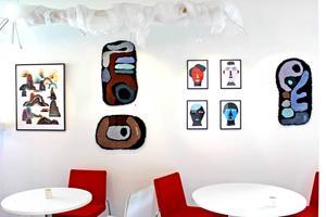 Café Grädda: tuschteckning av Nils Kristofersson, mattor av Jonathan Josefsson och collage av Daniel Götesson