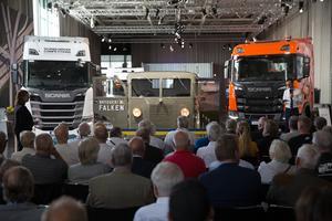 Många bilentusiaster samlades nyligen för att bevittna överlämningen av Falken till Scanias historiska samling av fordon.