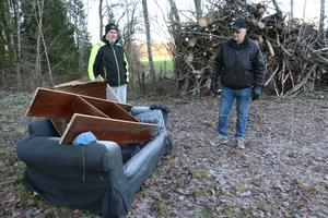 Sten Larsson och Nils-Rune Karlsson är arga över att någon slängt skräp och gamla möbler i skogen vid Ledäng.