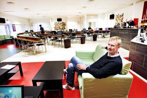 """För konkurrensen.  Efter nästan 20 år i samma lokaler har Sandviken bingo gjort en stor satsning och renoverat sina lokaler. """"Det är nödvändigt om vi ska kunna hänga med och konkurrera med alla bingospel på nätet"""", säger bingohallschefen Berndt Mollstedt."""