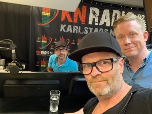 Gruppbild i radiostudio i Karlstad innan spelning i nämnda stad. Tobias Hallberg, Micke Syd Andersson och Fredrik Lilliestråle Stéen. Foto: Micke Syd Andersson