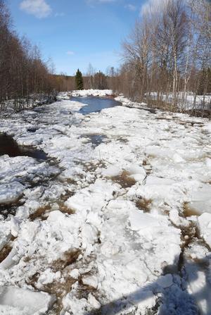 Under söndagen grävdes isen upp så att Norrveman kunde flöda i sitt naturliga lopp så att det inte ska bli fler isfördämningar.
